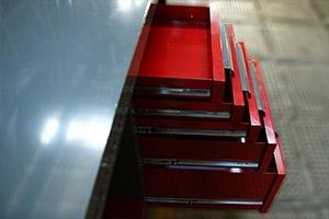 Фотографии внутреннего оснащения аккумуляторной мастерской