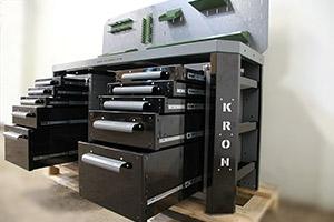 Пять выдвижных ящиков черного цвета установленные на верстаке