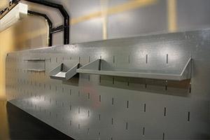 Экран с полками и освещение установленные на верстаке Гефест-ВС-5511-ЭП
