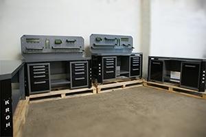 Фото набора верстаков (черно-серого цвета)