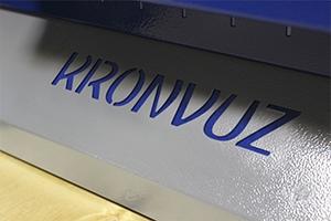 Своя надпись на изделии рабочего стола серии KronVuz