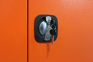 Фото замка Mesan установленного на дверце шкафа