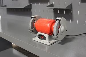 Фото точильного станка установленного на верстаке