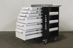 Металлические ящики тележки в открытом виде