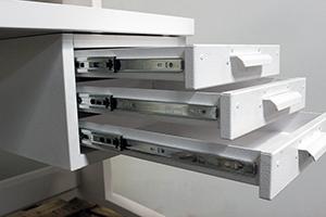Усиленные роликовые направляющие ящика в открытом виде