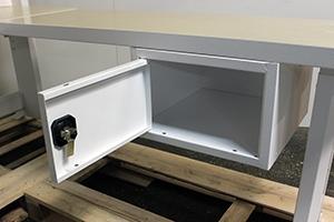 Металлический навесной ящик в открытом виде