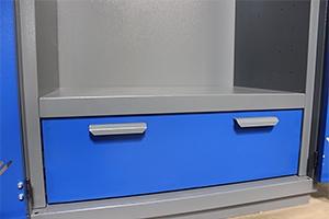 Фото металлической ручки у выдвижного ящика