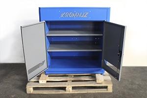 Металлические полки установленные в шкаф для инструментов