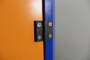 Фотография дверной петли инструментального шкафа