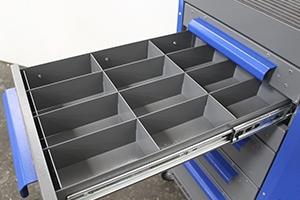 Металлический разделитель установленный в ящик