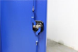 Ригельная система на металлической дверце