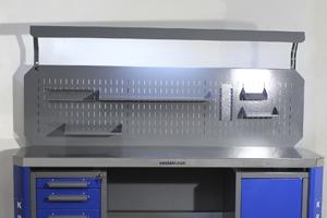 Металлический перфорированный экран с навесными элементами